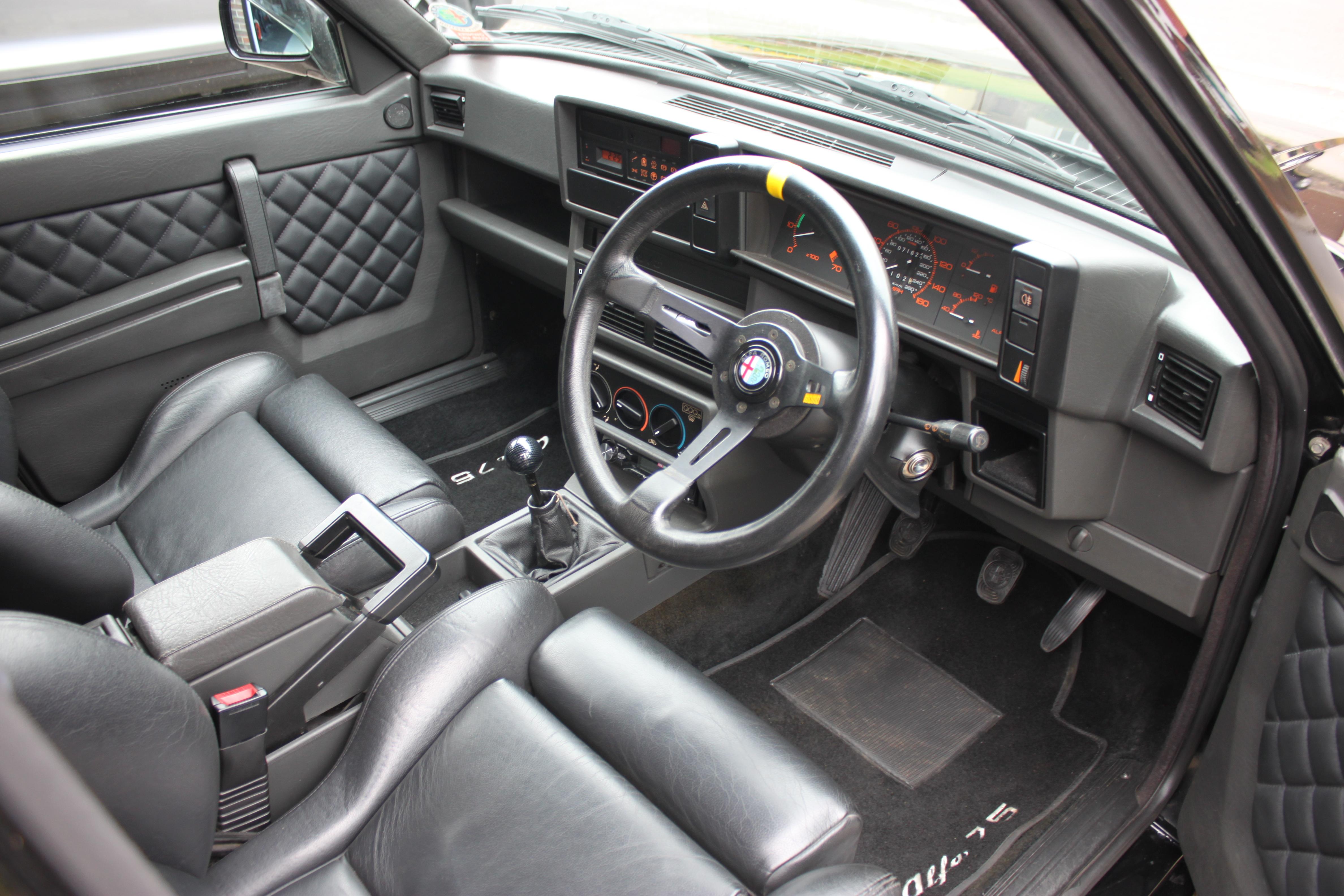 Alfa Romeo 75 interior
